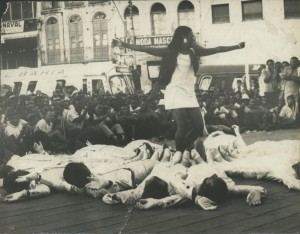 [Carnaval 1970] Escola de Samba Juventude do Garcia, em apresentação no palanque da Praça da Sé.